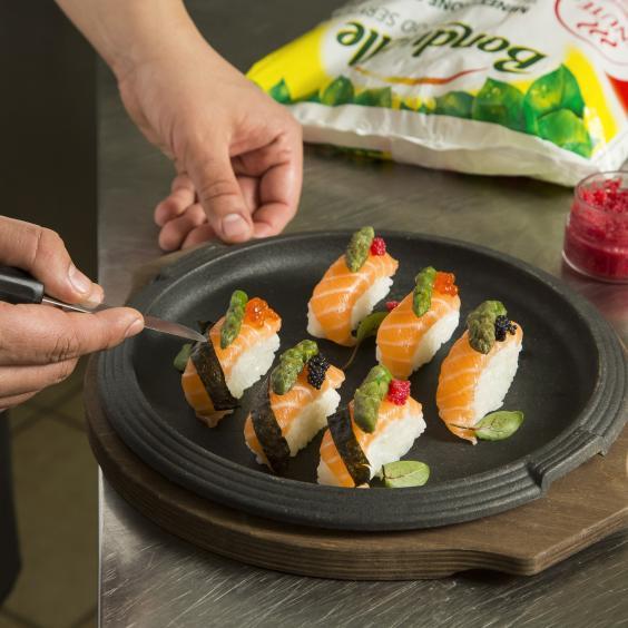etnico nigiri riso,salmone,asparagi e uova di pesce