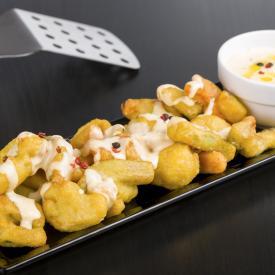 Grönsaker i tempura med cheddardressing och peppar