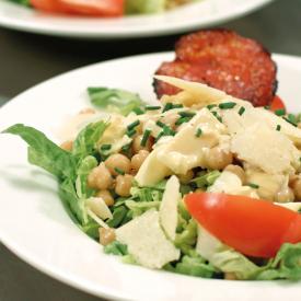 Salade César aux pois chiches et chips de chorizo