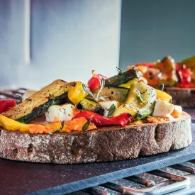 Bruschetta con verdure grigliate e feta