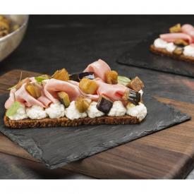 Bruschettone di pane di segale con mortadella vegan, melanzane e ricotta di riso