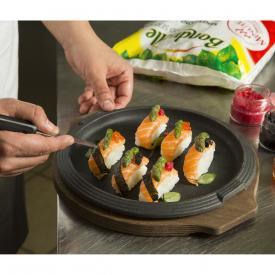 Nigiri new styles: riso, salmone, asparagi e uova di pesce
