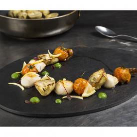 Capesante arrostite con carciofi, pomodorino fritto, limone candito e dressing di asparagi