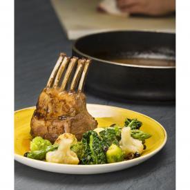 Carrè d'agnello al ginepro con insalatina di verdurine arrostite