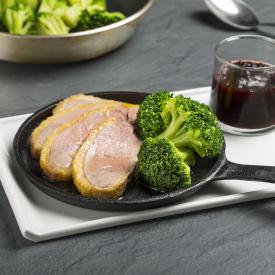 Anatra confit al vino rosso con more e broccoli