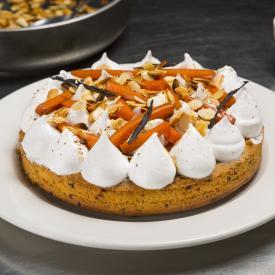 Carrot cake alle mandorle con mousse alla vaniglia e gocce di cioccolato