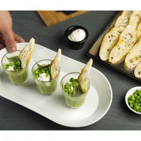 Verrina di piselli con panna acida e chips di pane