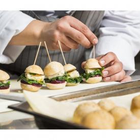 Mini sandwich con cirri di calamaro, barbabietola rossa e friarielli
