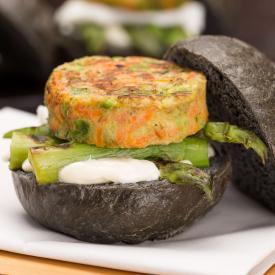 Black sandwich con burger di zucchine, piselli e carote