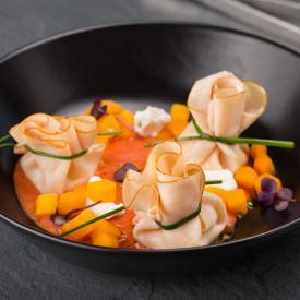 Mirepoix di zucca al basilico con fagotto di tacchino e coulis di pomodoro