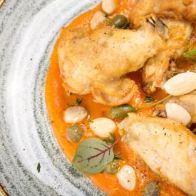 Pollo alla senape con crema di carote, capperi e mandorle tostate