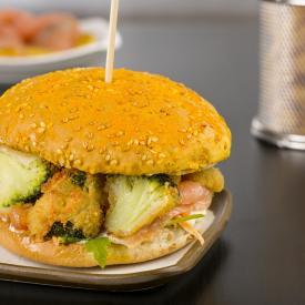 Burger, curcuma e semi con salmone affumicato, broccoli panati, senape e rucola croccante