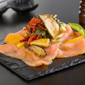 Carpaccio di salmone con contorno grigliato andalusia , segmenti di arancia e sedano riccio