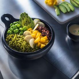 Buddha bowl con pepite di piselli e zucchine, fave e avocado