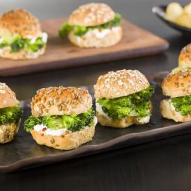 Mini sandwich con broccoli, fiocchi di latte e pepe rosa