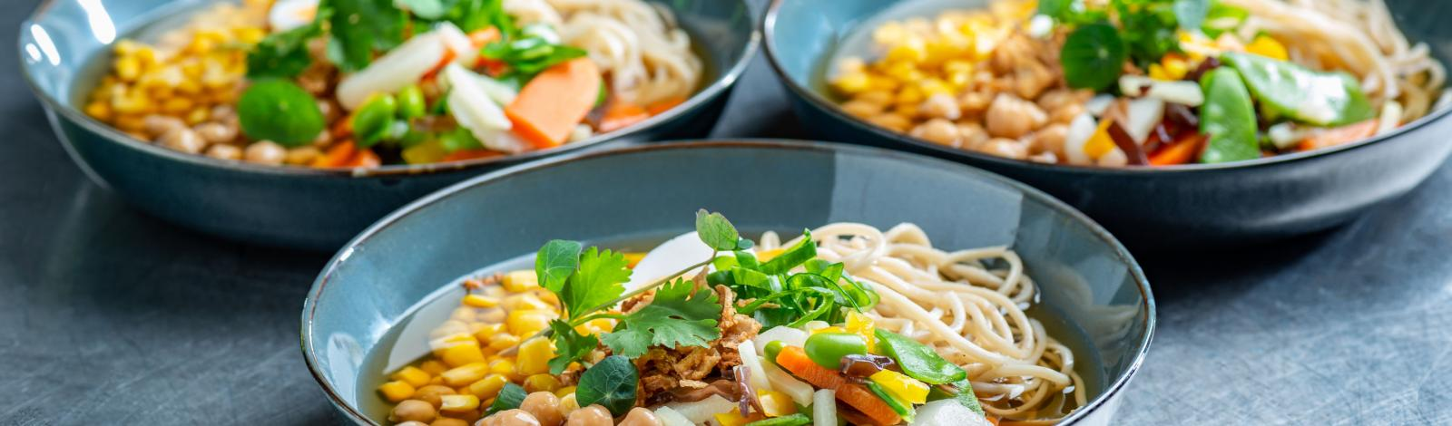 24/7 groenten: Colorful asian soup with maïs and chickpeas