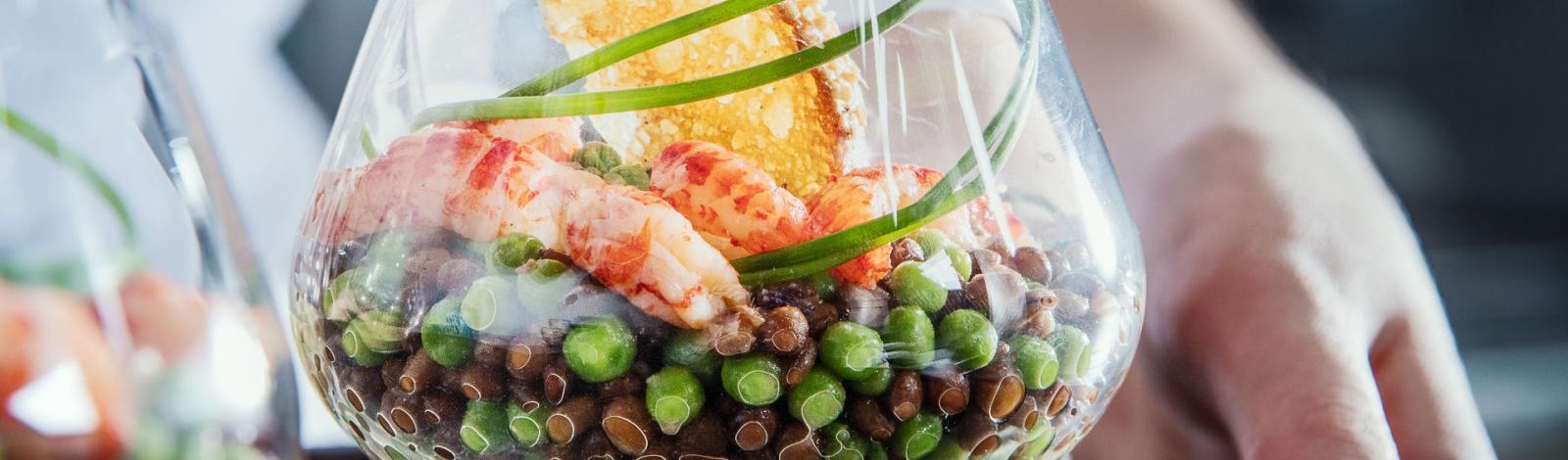 Salade de lentilles, petits pois et écrevisses